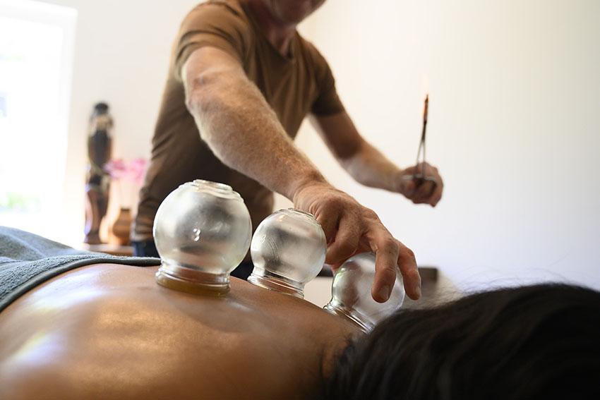 Cupping is een techniek, waarbij met een 'cup' een deel van de huid vacuüm wordt gezogen. Hierdoor wordt de bloedcirculatie versterkt, worden afvalstoffen afgevoerd en wordt ruimte gecreëerd in huid- en spierlagen. Nadat ik je huid heb ingesmeerd met olie, plaats ik de cup en beweeg ik deze rustig over je huid. Een snelle, effectieve techniek, die ik vooral toepas bij nek- en schouderklachten.